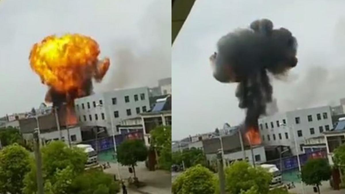中國江蘇丹陽15日發生爆炸,事故現場產生蕈狀雲。(圖取自微博)