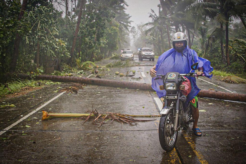 圖為,2020年5月14日,黃蜂颱風登陸菲律賓中部時,一名騎士冒著暴雨和強風出門。(ALREN BERONIO/AFP via Getty Images)