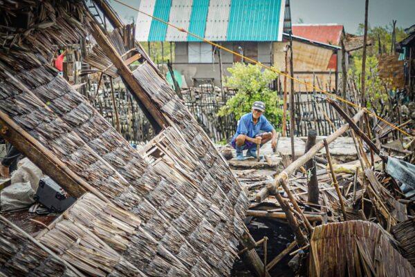 圖為,2020年5月15日,黃蜂颱風掃過菲律賓中部,帶來狂風暴雨,吹翻屋頂。(ALREN BERONIO/AFP via Getty Images)