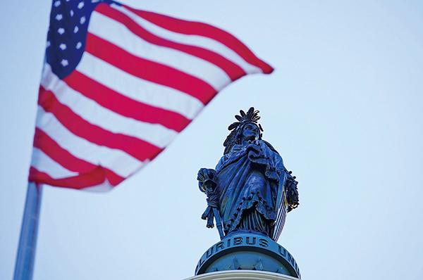 2020年5月13 日,美國國會山升旗向法輪功創始人李洪志先生致敬,感謝將法輪大法洪傳全世界,並紀念「513世界法輪大法日」。圖為2020年5月13日,飄揚在美國國會山的美國國旗。(York Du /大紀元)