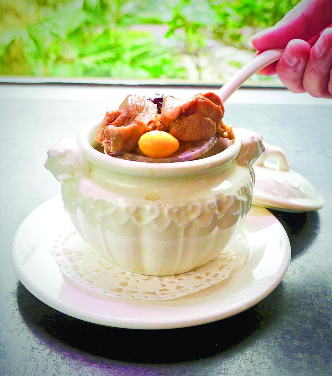 清淡香甜的九尾草燉雞湯。