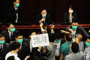 【更新】陳健波主持內會 李慧琼非法當選 民主派拉黑布抗議