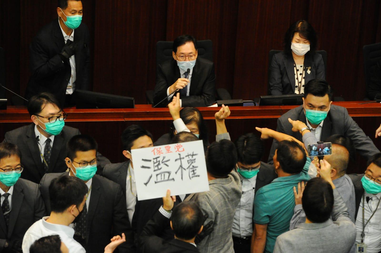 陳健波表示,如果有人衝擊保安,或阻礙會議,最多可以獲得12個月的監禁。(宋碧龍 / 大紀元)