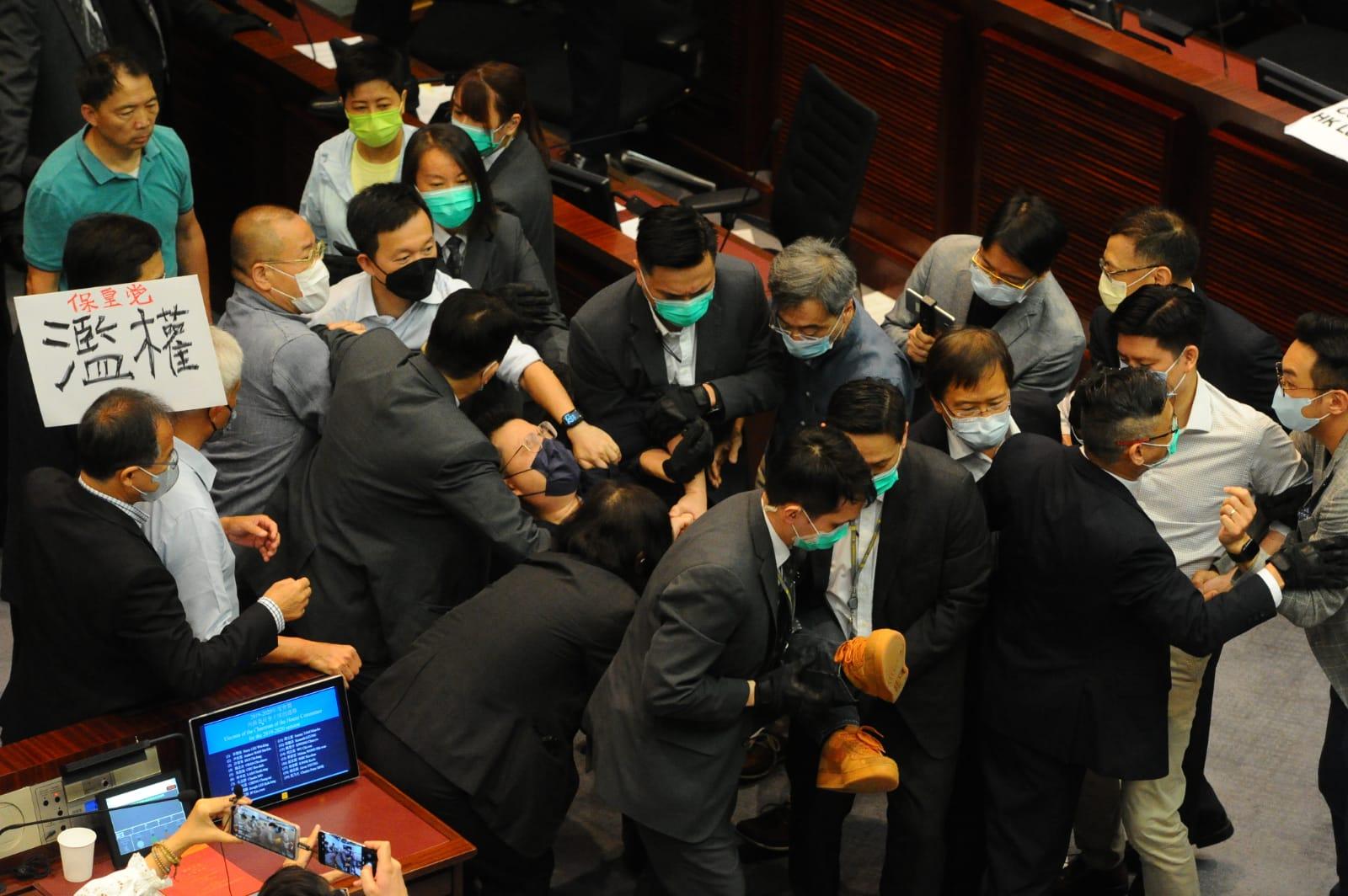 陳健波不斷要求工作人員將議員帶離會場,保安粗暴拉扯,將多位民主派議員包括尹兆堅、鄺俊宇、林卓廷、胡志偉等議員抬出議事廳。尹兆堅議員被抬走。(宋碧龍 / 大紀元)