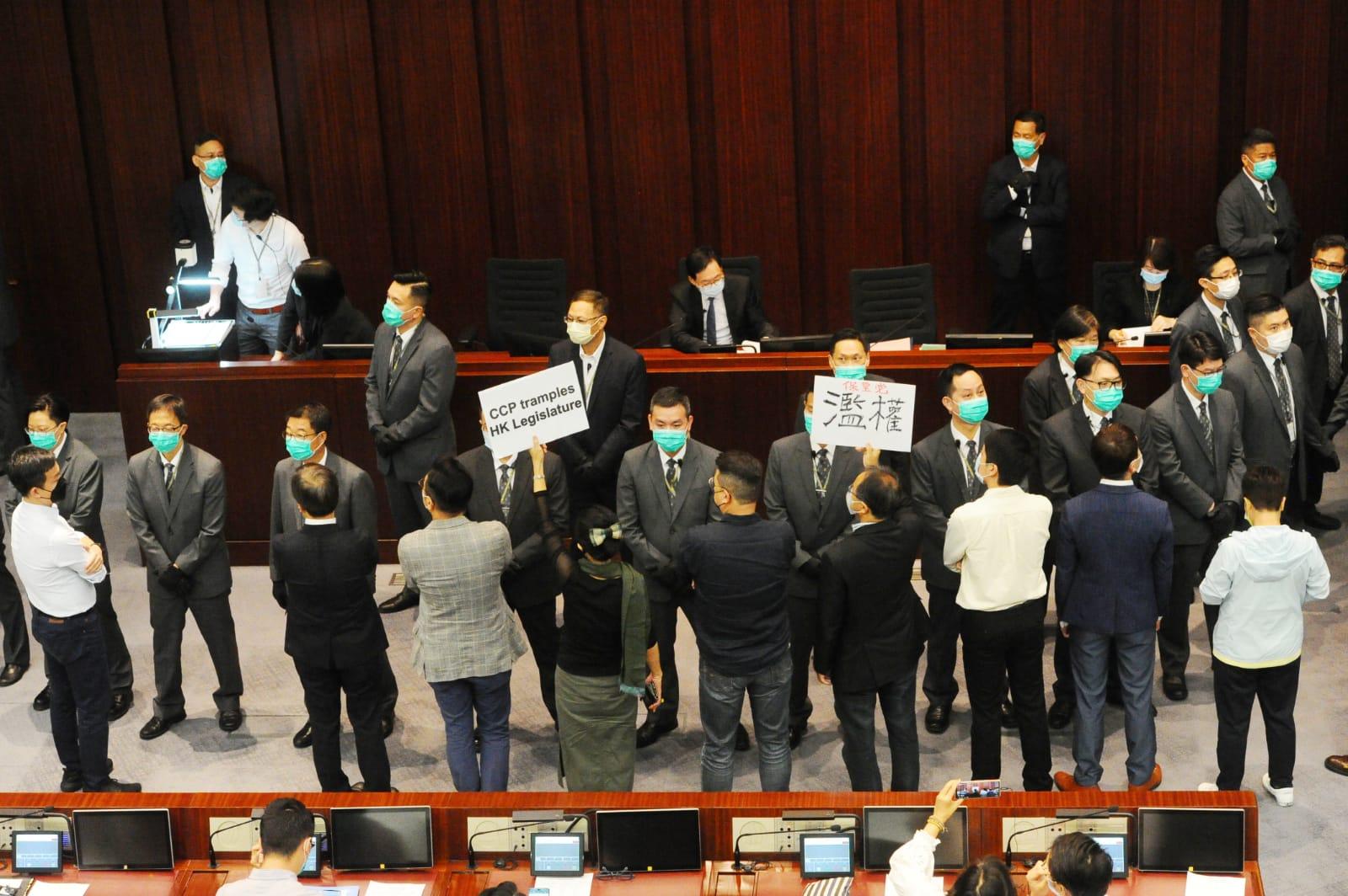 陳健波宣布「李慧琼獲得40票,當選立會主席」。立法會內務委員會主席選舉在反對聲浪中草草結束。(宋碧龍 / 大紀元)