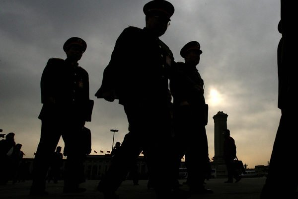 前中共軍官透露,軍隊仍存隱患,高級軍官都不站隊,都在觀望局勢。(MARK RALSTON/AFP/Getty Images)