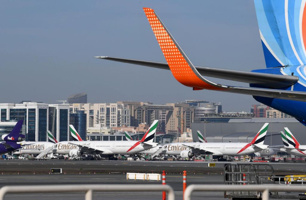 圖為,2020年4月6日,阿聯酋航空的波音777飛機停在阿聯酋杜拜國際機場的停機坪上。(KARIM SAHIB/AFP via Getty Images)