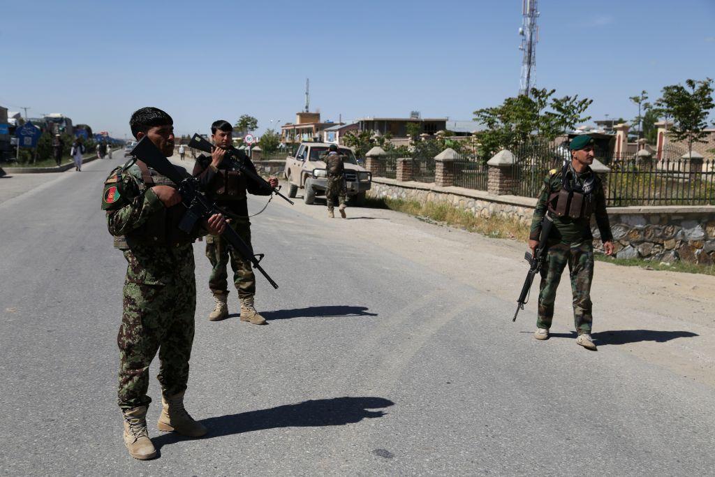 2020年5月18日,阿富汗安全人員加強在加茲尼國家安全局的汽車炸彈爆炸現場附近守衛。(ZAKERIA HASHIMI/AFP via Getty Images)
