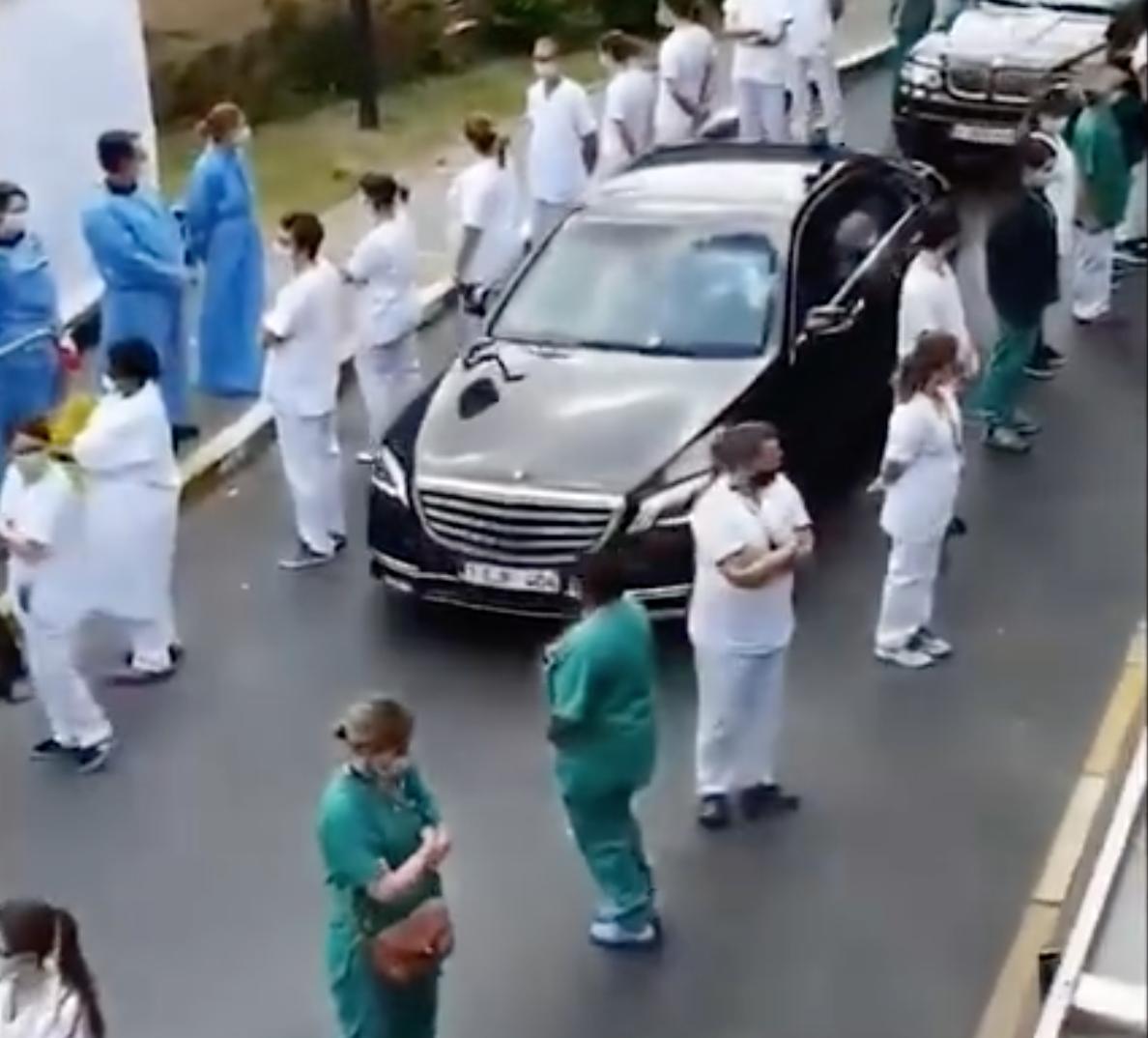比利時女首相索菲·維爾梅斯(Sophie Wilmès)於當地時間5月16日,到訪布魯塞爾的聖彼得醫院,上百名醫護人員用後背迎接了維爾梅斯,場面十分尷尬。(視頻截圖)
