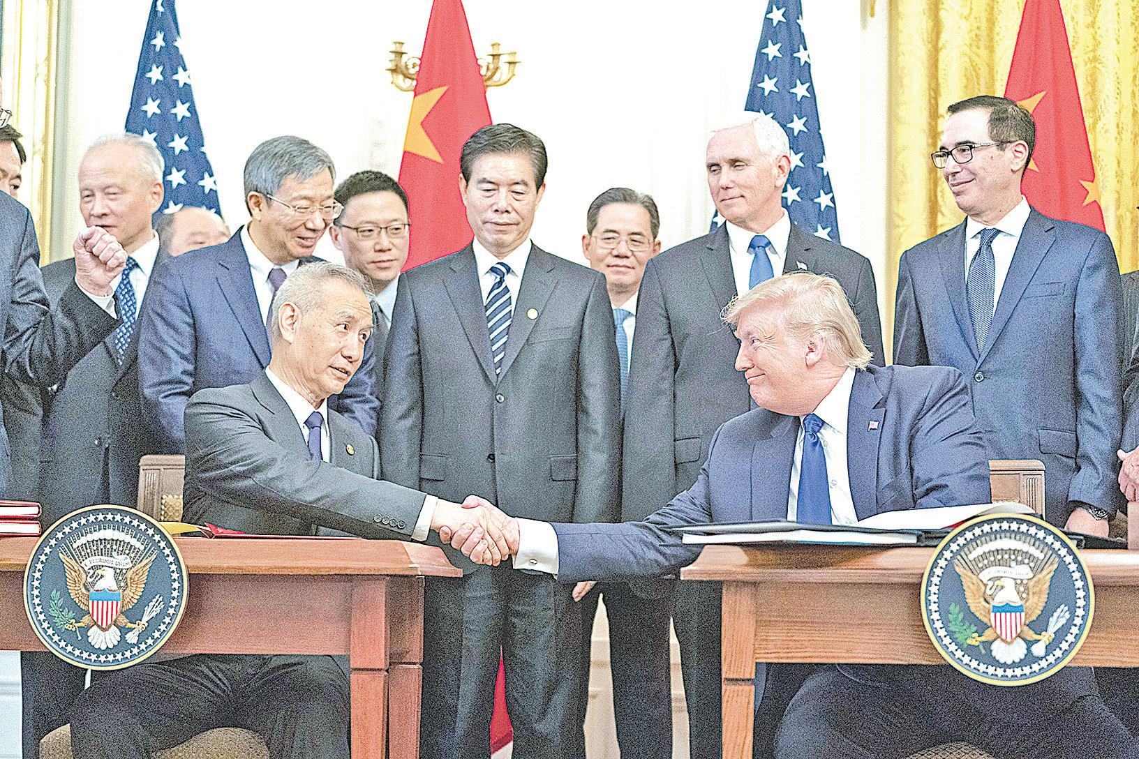 2020年1月15日,美國總統特朗普及中共副總理劉鶴在華盛頓簽署中美第一階段貿易協定,為近兩年的中美貿易戰暫時劃下句點。 (白宮Flicker)