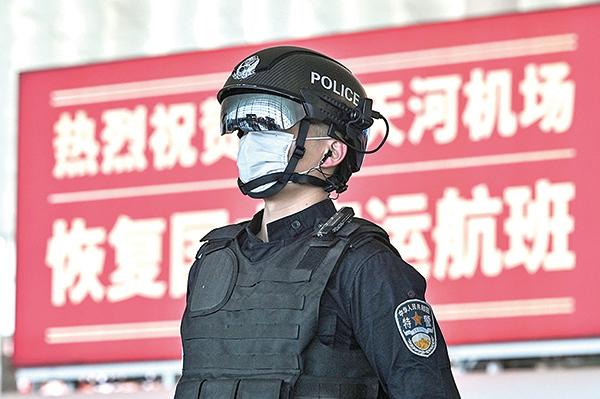 武漢天河機場特警。(AFP)