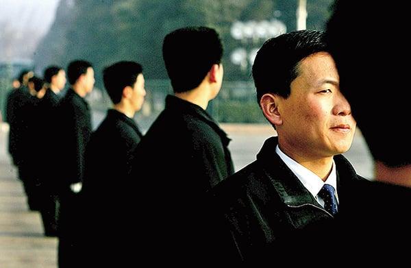 北京負責兩會安保的便衣警察對周邊環境虎視眈眈。(大紀元)