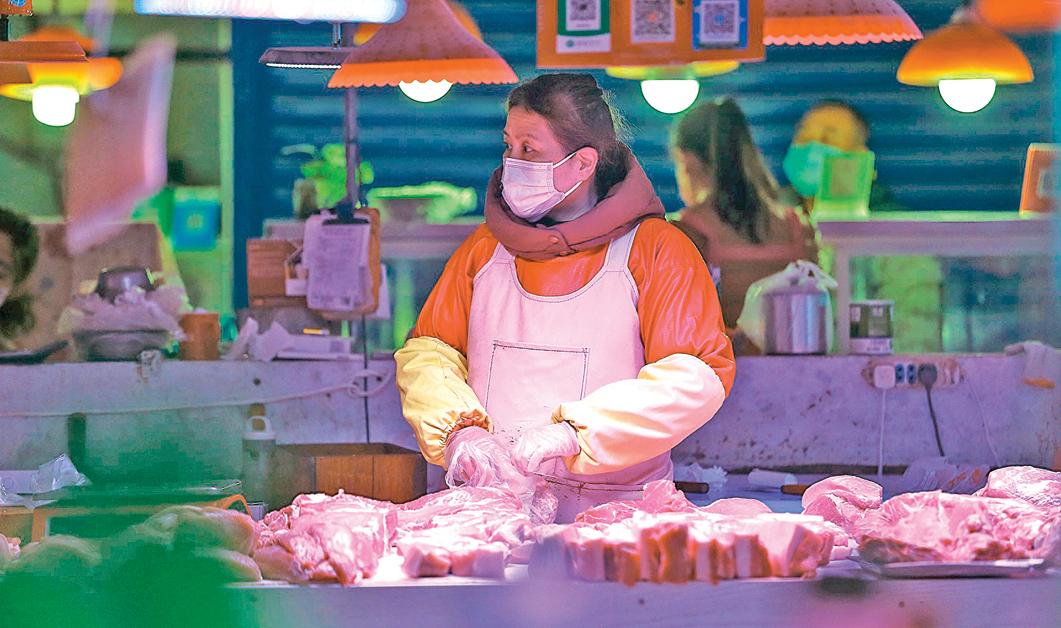 東北疫情再燃起,多地被封,很多人失業。受疫情影響,吉林和瀋陽市物價飛漲。圖為瀋陽一處市場。(Getty Images)