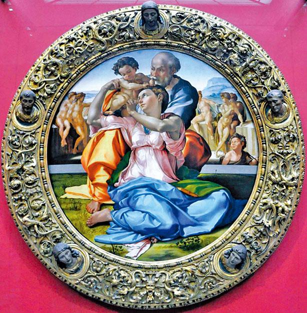 米開朗基羅的《聖家族》木框也十分具有特色,除了精美的浮刻雕飾,還有五個栩栩如生的聖人頭像突出環繞在框上,正上方是耶穌,下方是兩個聖徒和兩個天使。(Shutterstock)