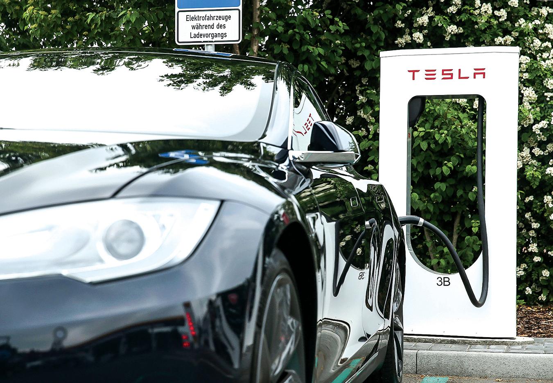 p特斯拉電動車的專用充電站。(Sean Gallup/Getty Images)