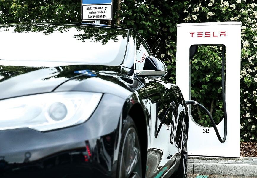 特斯拉推出百萬英里壽命電池 GM也發表新電池系統Ultium