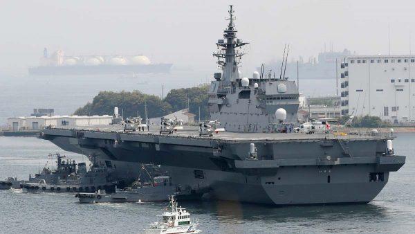 圖為停留在日本基地的「出雲」號。(STR/AFP/Getty Images)