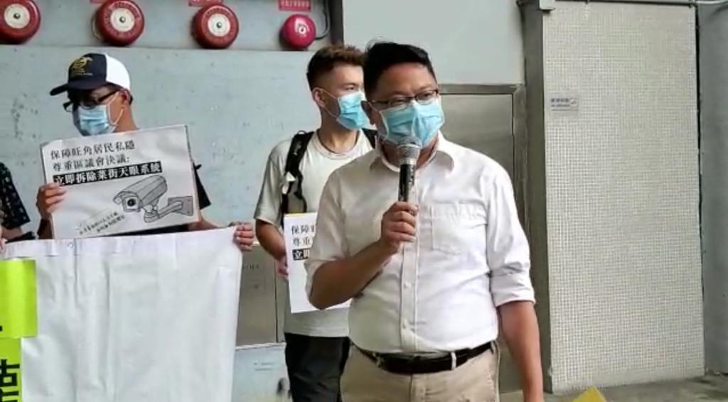 旺角南區議員朱江瑋表示,西洋菜街的行人區已經拆了,為什麼民政署還要擅自更新天眼監控系統,這是因為香港逐漸大陸化,以監控取代溝通,以獨裁取代民意。(宋碧龙/大紀元)