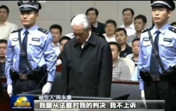 2015年6月11日,中共政治局前常委、政法委前書記周永康一審受審時,滿頭白髮。(影片截圖)