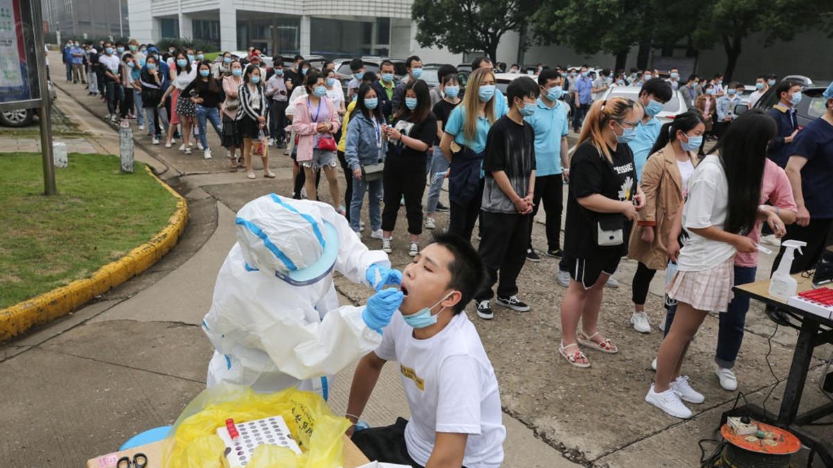 武漢當局自5月14日起開始為期十天的全民核酸檢測。(STR/AFP via Getty Images)