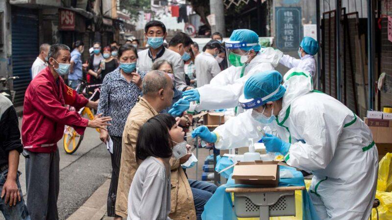 武漢市民在排隊接受中共病毒檢測。(示意圖)(STR/AFP via Getty Images)