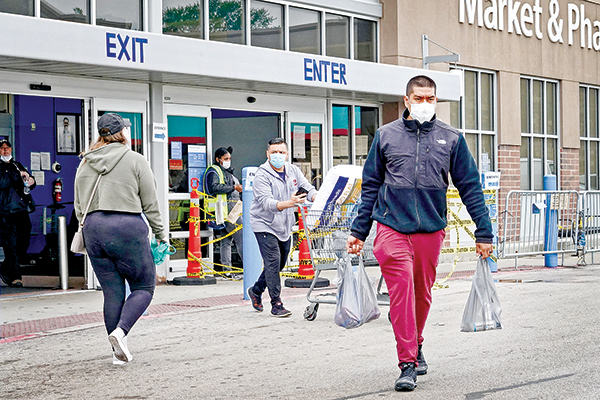 5月19日,芝加哥前往沃爾瑪購物的民眾。(Getty Images)