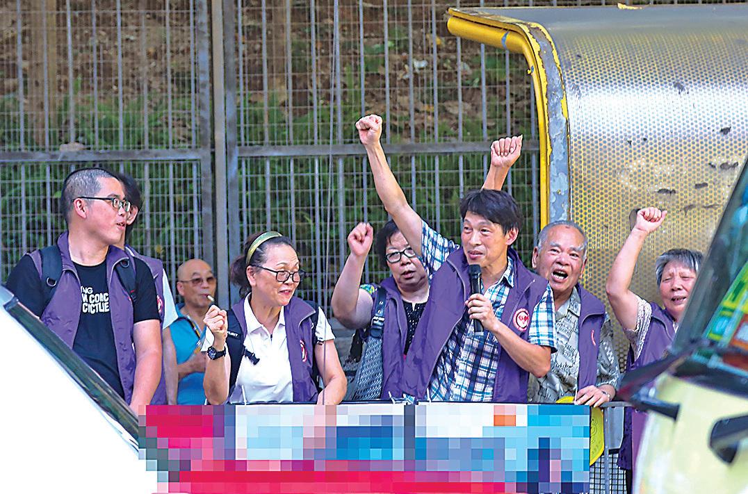 同護盟組織成員曹達明(上圖),曾多次參與滋擾爭取民主人權人士的活動;香港關注基層市民協會滋擾場館(下圖),右三舉右手者為成員梁志強。(曹達明微博、大紀元資料圖片)
