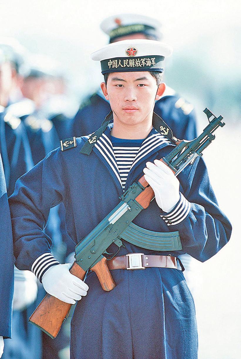 中共的海軍是從70年代開始得到了長足發展,法國在中共海軍的發展歷程中扮演了重要的助推力。圖為中共海軍士兵。(wikipedia)