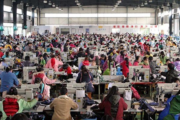 圖為許多工人日夜在流水線上生產「中國製造」的產品。(網絡圖片)