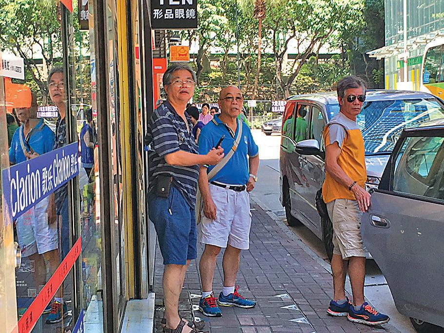 民交協會長許淵(左一)和成員郭亨溪(左二)連日到旺角滋擾,他們被指是福建幫成員。(大紀元資料圖片)