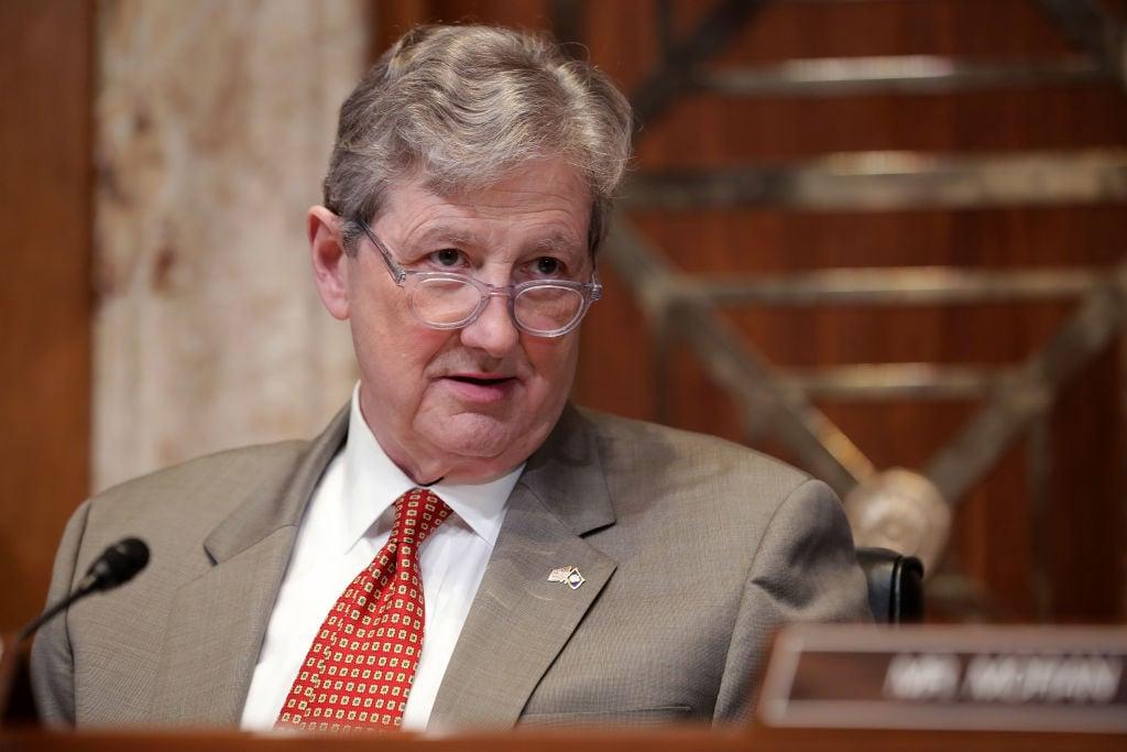 圖為美國共和黨參議員肯尼迪(John Kennedy),他與民主黨參議員范霍倫(Chris Van Hollen)共同提出的《外國公司問責法案》,於5月20日在參議院獲得無異議通過。(Getty Images)