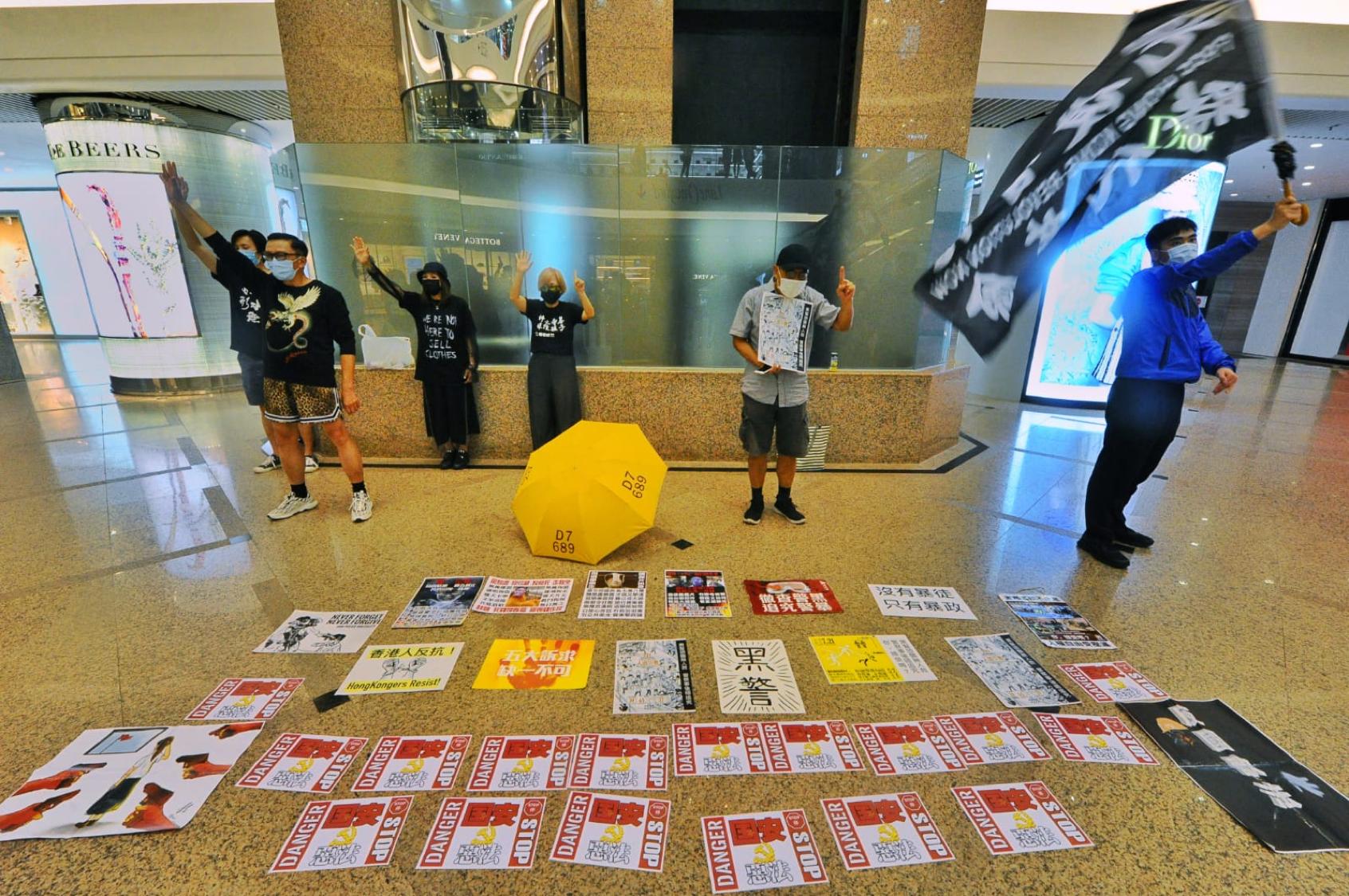 銅鑼灣時代廣場也有市民聚集靜坐,並舉起「光復香港、時代革命」的橫幅。(宋碧龍/大紀元)
