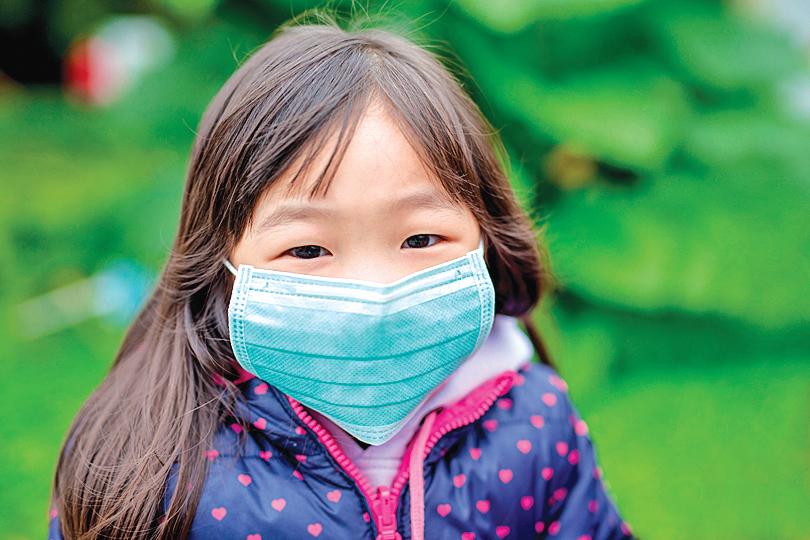 中共病毒在傳播方面和大多數呼吸道傳染病不同,兒童並非主要傳播者。(Shutterstock)