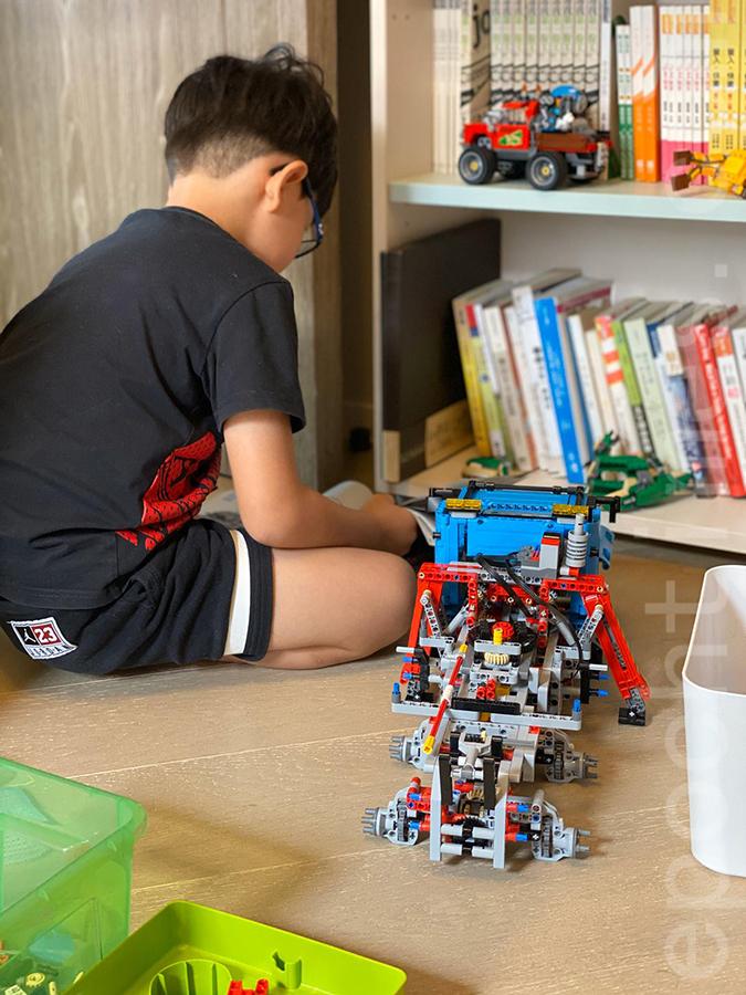 停課期間Lok也熱衷於砌LEGO積木。(受訪者提供)