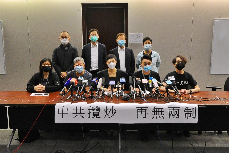 今日(5月22日)中共全國人大宣布將訂立《港版國安法》消息出爐的第二天,民主派議員和其他組織代表就國安法「正式降臨香港」召開記者會,他們開篇即喊出「中共攬炒,再無兩制」,並表示國家安全法的定義「無遠弗屆」,其實施將確立一國一制正式在香港落實,同時宣布一國兩制的正式完結。(宋碧龍 / 大紀元)
