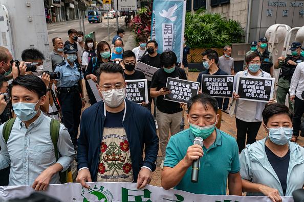 5月22日中午,民主黨主席胡志偉等人拉起寫有「國安惡法摧毀香港」的橫幅,遊行到中聯辦抗議,高喊「香港人反抗」!(Anthony Kwan/Getty Images)