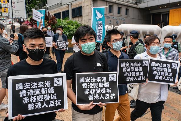 5月22日,一些香港民眾到中聯辦外抗議。(Anthony Kwan/Getty Images)