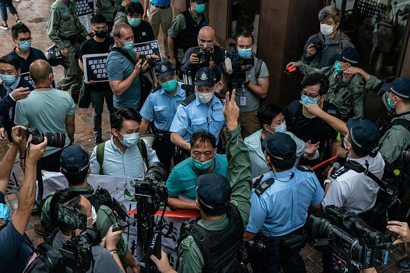 民主黨成員與港警對峙。(Anthony Kwan/Getty Images)