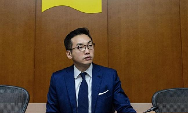 5月22日,公民黨就「港版國安法」發表書面聲明。圖為公民黨現任黨魁楊岳橋在立法會。   (ANTHONY WALLACE/AFP via Getty Images)