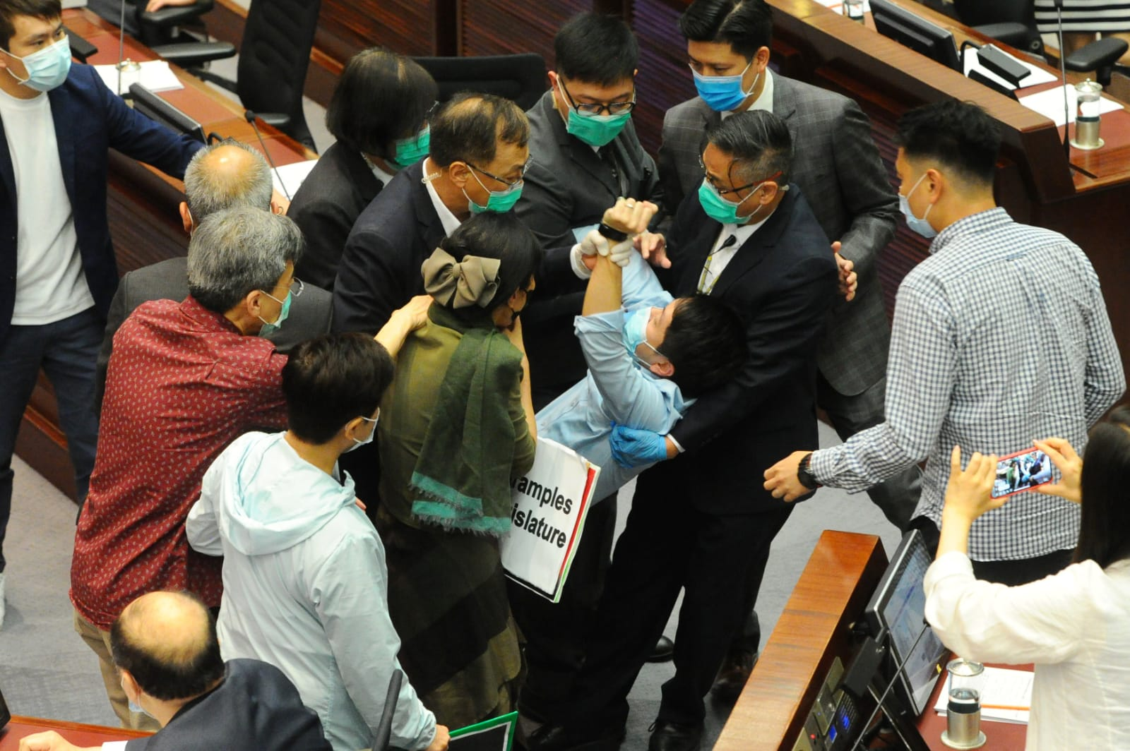 多名泛民議員被逐,保安護李慧琼非法主持會議。(宋碧龍 / 大紀元)