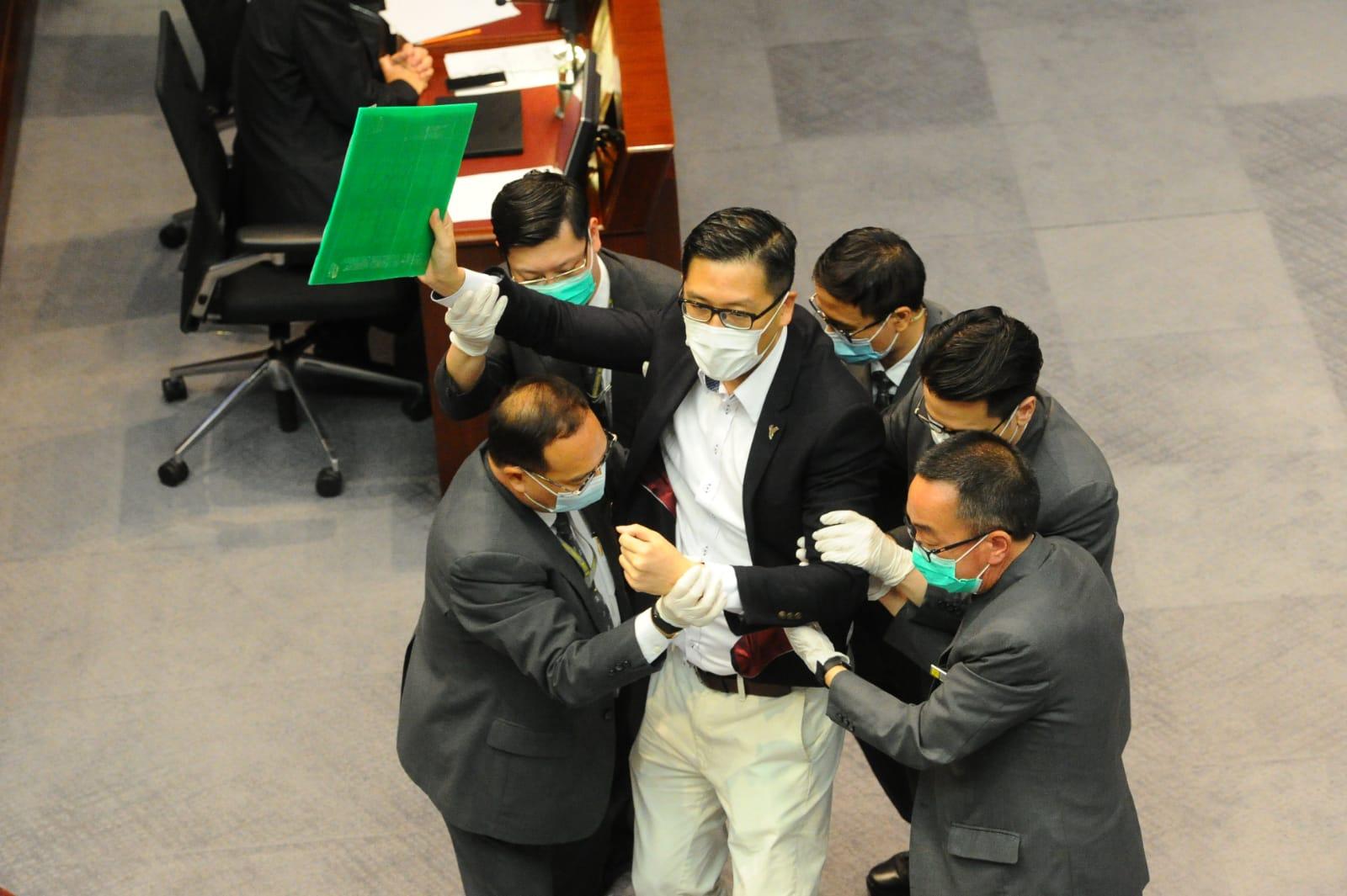 多名泛民議員被逐,立法會保安護李慧琼非法主持會議。(宋碧龍 / 大紀元)