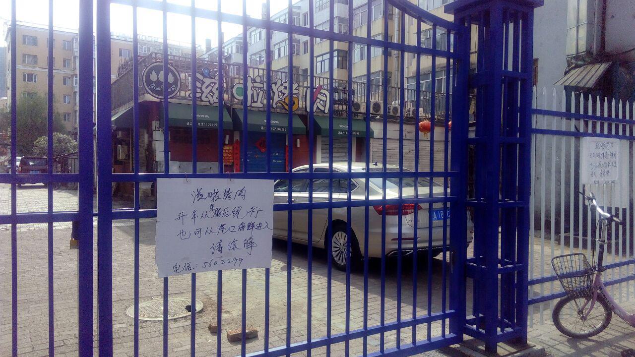 佳木斯小區因疫情封閉成為常態。商店營業只能繞道走。(知情者提供)