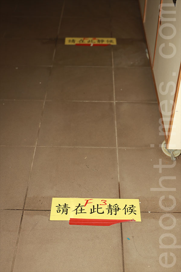 地上設有標記,提示學生站立的位置,每人相隔1米。(陳仲明/大紀元)