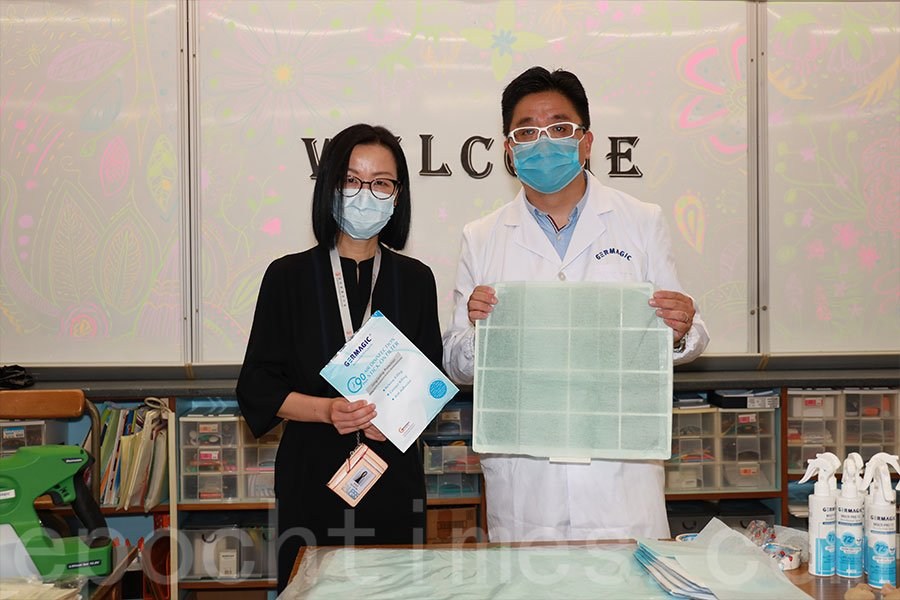 學校的冷氣機濾網加裝90天殺菌濾網貼。(陳仲明/大紀元)