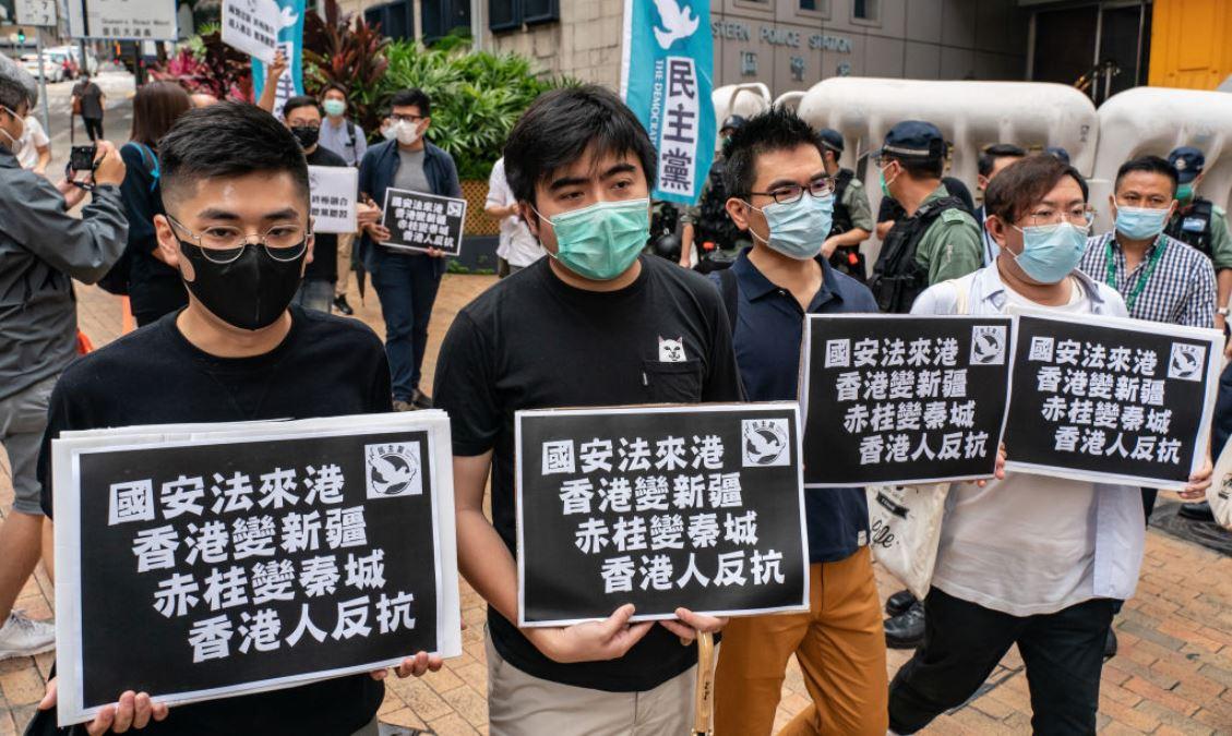 圖為香港民主派立法會議員和部份支持者2020年5月22日在香港中聯辦附近集會並舉牌呼籲香港民眾反抗中共強推香港版的所謂「國安法」。(Anthony Kwan/Getty Images)