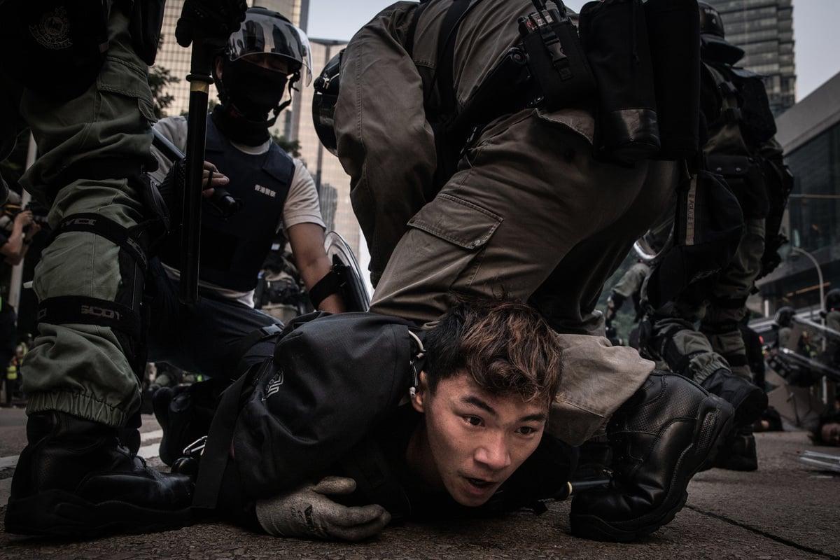 圖爲2019年9月29日,香港警察在街頭暴力拘捕參與反送中的青年。(Chris McGrath/Getty Images)