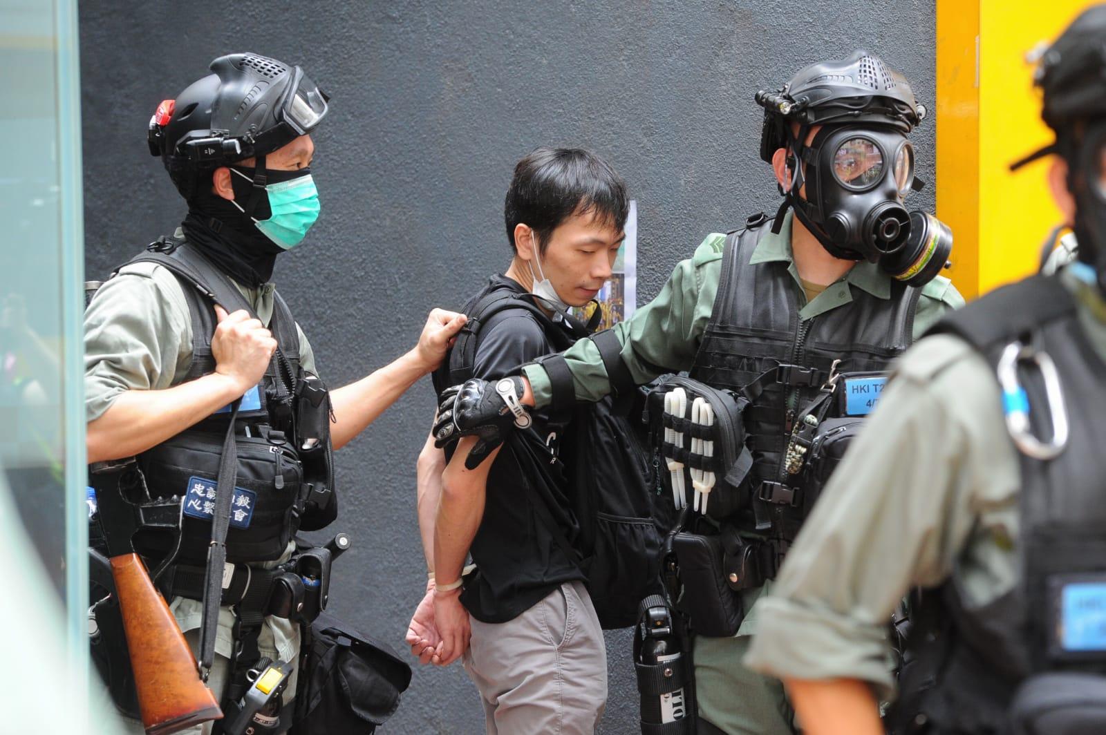 香港市民湧現銅鑼灣,高喊「天滅中共」。警員在場截查多名市民,搜查他們隨身物品。(攝影:阿敏/大紀元)
