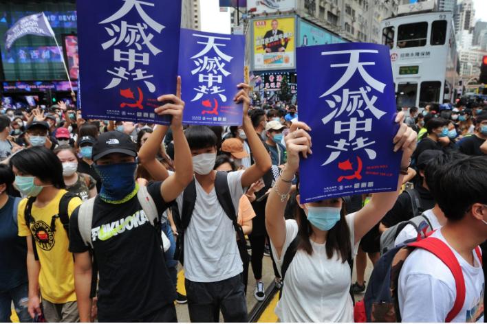 24日香港民眾舉「天滅中共」宣傳品,遊行抗議「港版國安法」。(宋碧龍 / 大紀元)