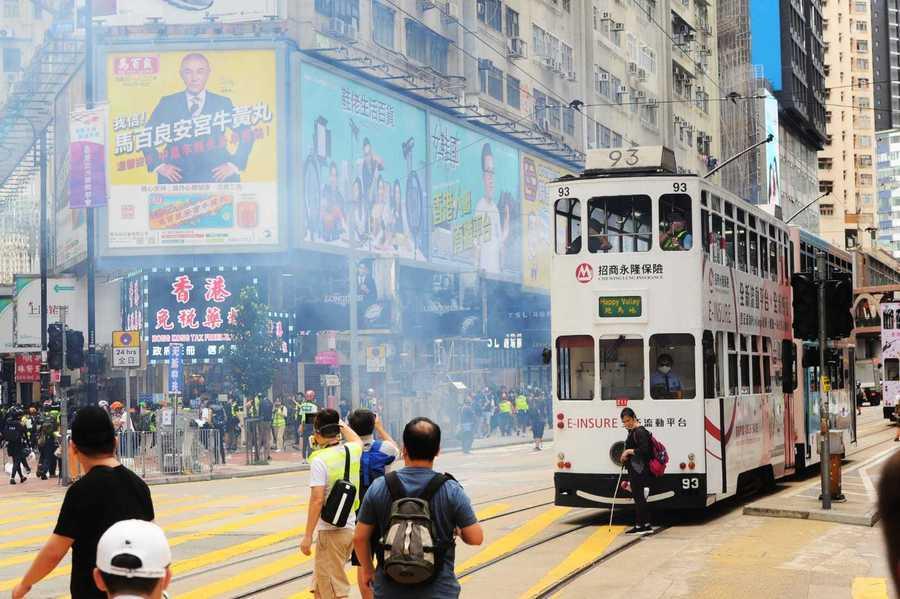 防暴警察在銅鑼灣釋放催淚彈