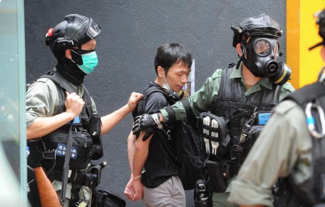 銅鑼灣軒尼詩道有一青年抗爭者被逮捕。(宋碧龍/大紀元)